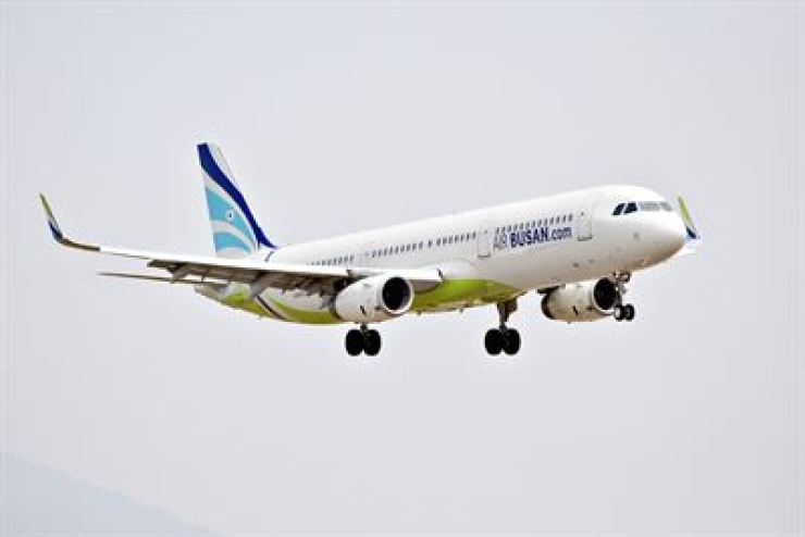 The Philippine government announced Monday it would suspend all non-scheduled flights to Boracay. In Korea, Air Busan is subject to the ban. / Korea Times file