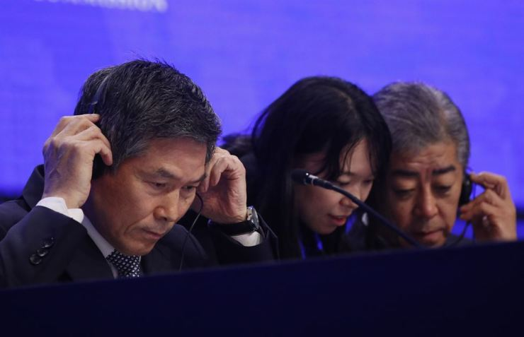 South Korean Minister of National Defence Jeong Kyeong-doo, left, and Japanese Minister for Defence Takeshi Iwaya attend the second plenary session of the International Institute for Strategic Studies (IISS) 18th Asia Security Summit in Singapore, June 1, 2019. EPA-Yonhap