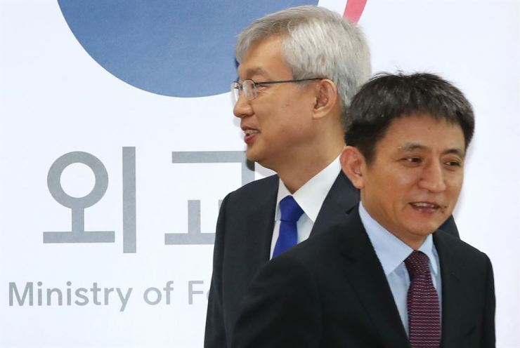 Vice Foreign Minister Lee Tae-ho, left, and China's Assistant Minister of Commerce Li Chenggang leave before holding their annual talks on economic cooperation at the Seoul Government Complex, Wednesday. Yonhap