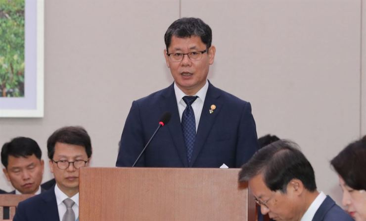 Unification Minister Kim Yeon-chul speaks during a briefing on current affairs to lawmakers of the Foreign Affairs and Unification Committee at the National Assembly, Tuesday. Yonhap