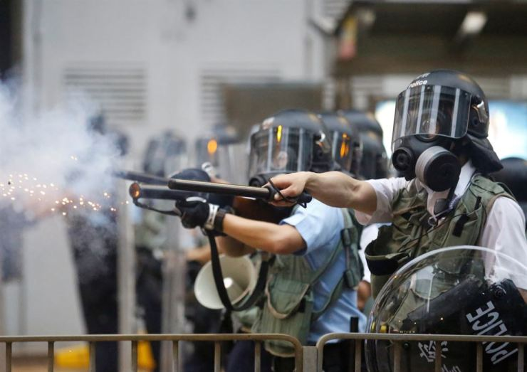 Police officers fire tear gas during a demonstration against a proposed extradition bill in Hong Kong, China, June 12. Reuters-Yonhap