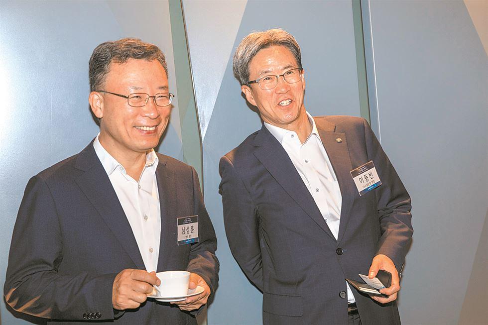 Dignitaries pose at a forum on digital transformation hosted by The Korea Times at the Plaza Hotel in central Seoul, Wednesday. They are, from left, KEB Hana Bank CEO Ji Sung-kyoo; Shinhan Bank CEO Jin Ok-dong; K bank CEO Shim Sung-hoon; KB Kookmin Bank CEO Hur Yin; SH Bank President and CEO Lee Dong-bin; American Chamber of Commerce in Korea Chairman James Kim; Export-Import Bank of Korea Executive Director Kim Kyung-ja; Korea International Finance Institute CEO Kim Sang-kyung; Korea Federation of Banks Chairman and CEO Kim Tae-young; Korea Times President and Publisher Lee Byeong-eon; DBS Korea CEO Eugene Bang; McKinsey & Company Senior Partner Joydeep Sengupta; Financial Supervisory Service Governor Yoon Suk-heun; Belarusian Ambassador to Korea Andrei Popkov; Guatemalan Ambassador to Korea Herbert Estuardo Meneses Coronado; MBK Partners CEO Kim Kwang-il; Citibank Korea CEO Park Jin-hei; Mirae Asset Global Investments CEO Seo Yoo-seok; European Chamber of Commerce in Korea Chairman Dimitris Psillakis; McKinsey & Company Partner Kim Su-ho; and Toray Industries Korea CEO Lee Young-kwan. / Korea Times photo by Shim Hyun-chul
