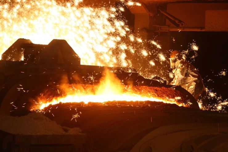 A worker makes an iron mold at the blast furnace of POSCO's steel mill in Pohang in North Gyeongsang Province. / Courtesy of POSCO