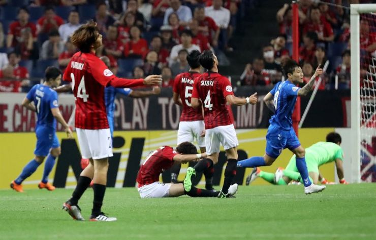 South Korea's Ulsan Hyundai forward Hwang Il-su, right, celebrates his goal against Japan's Urawa Reds during their AFC Champions League Group round of 16 football match in Saitama on June 19, 2019. Yonhap