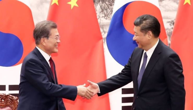 President Moon Jae-in and Chinese President Xi Jinping shake hands during a summit in the Great Hall of the People in Beijing on Dec. 14, 2017. Yonhap