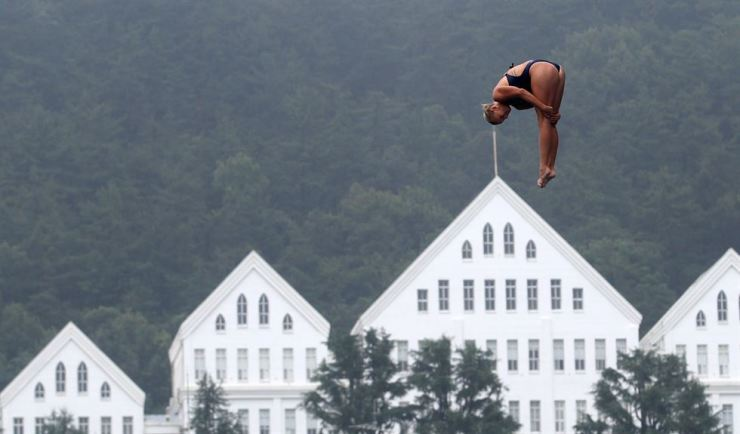 Divers practice for high diving competitions, running from Monday through Wednesday, at the Chosun University High Diving Competition Venue in Gwangju, Sunday. The sport, where divers jump from a platform of over 20 meters, is one of the most popular events during the 2019 FINA World Championships according to ticket sales. Yonhap