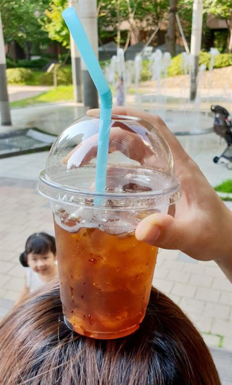 More than 40 coffee franchise outlets including Starbucks and Ediya Coffee have been found to have used contaminated ice cubes, the health ministry said Tuesday. /Korea Times file