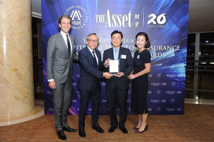 Korea Securities Depository (KSD)'s head of international services Kim Hong-jin, third from left, poses with The Asset's Editor-in-chief Daniel Yu, second from left, and Citibank executives, at The Asset Triple A awards in Hong Kong, June 27. / Courtesy of KSD