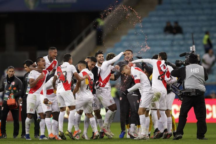 Peru's players celebrates their side's win over Chile during a Copa America semifinal soccer match at the Arena do Gremio in Porto Alegre, Brazil, Wednesday, July 3, 2019. Peru defeated Chile 3-0 and qualified to the final. /AP-Yonhap