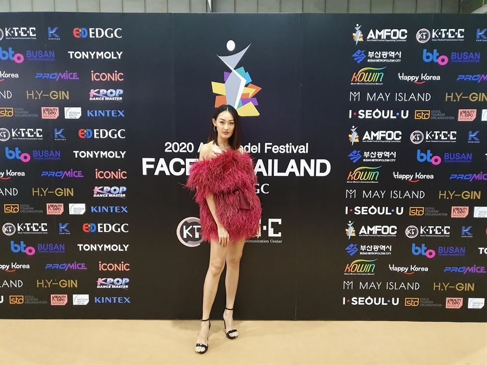 Asia Model Festival Organizing Committee (AMFOC) Chairman Yang Eui-sig hands a prize to FACE of Thailand winner Ganticha Williams at the BITEC Hall 101 in Bangkok. Courtesy of AMFOC