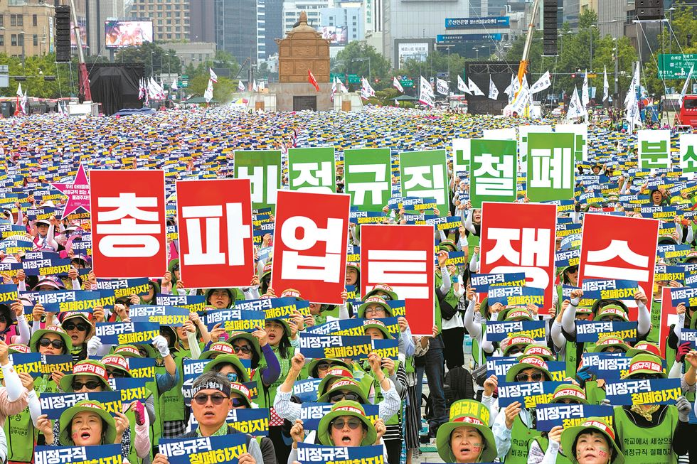 Bread and juice are served for lunch at an elementary school in Suwon, Gyeonggi Province, Wednesday, as cafeteria workers at nearly 3,500 schools nationwide take part in a three-day strike to call for a pay rise. Yonhap