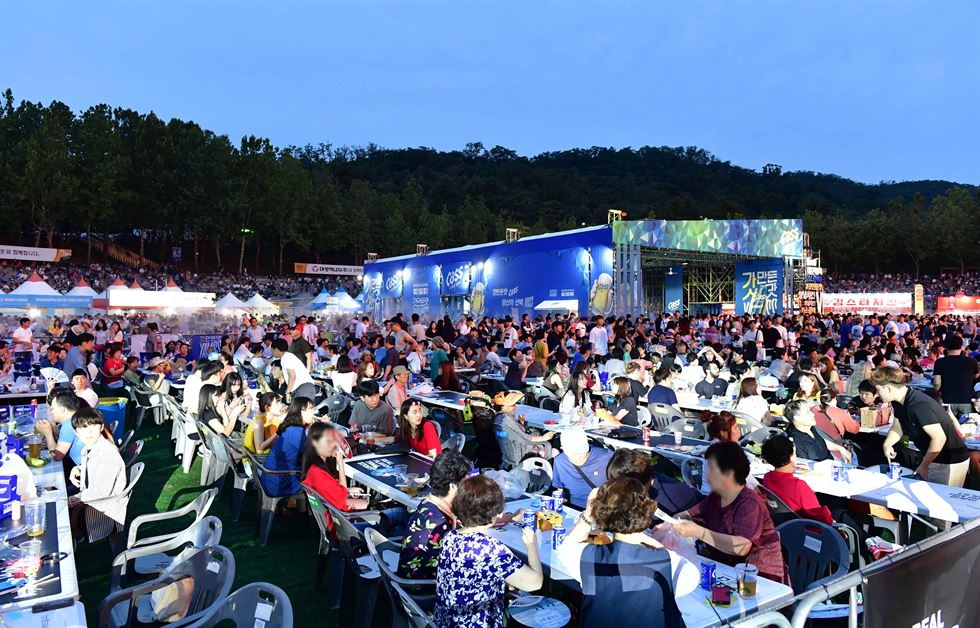 Visitors to the Daegu Chimac Festival make a toast during the event at Duryu Park in Daegu, Wednesday. Yonhap