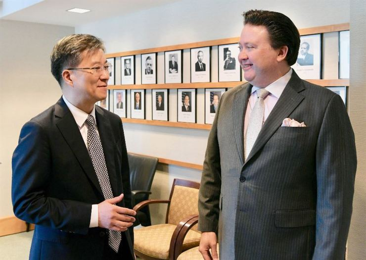 Kim Hee-sang, left, director-general for bilateral economic affairs at the foreign ministry, talks with acting deputy assistant secretary of state for South Korea and Japan Marc Knapper during his visit to Washington D.C, early Friday (KST). Yonhap