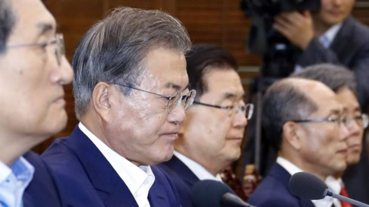 President Moon Jae-in with a stern look on his face presides over a meeting with senior aides at Cheong Wa Dae in Seoul, Monday. Yonhap