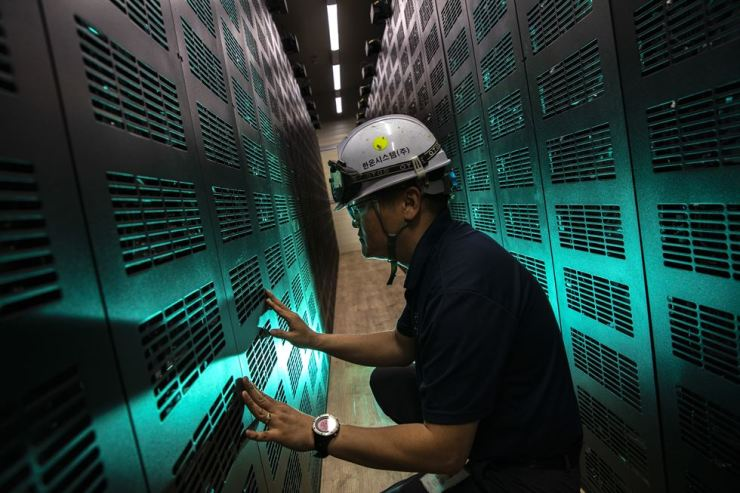 Inside the energy storage system of Hanon Systems' Pyeongtaek Plant in Gyeonggi Province are 1,200 battery cells. They store up electricity during night when the cost is low and discharge it during power peak hours in the afternoon. Korea Times photo by Shim Hyun-chul