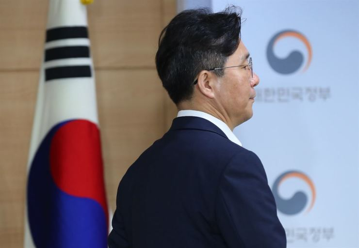 Minister of Trade, Industry and Energy Sung Yun-mo enters a briefing room at the Government Complex in Seoul on July 24. Yonhap