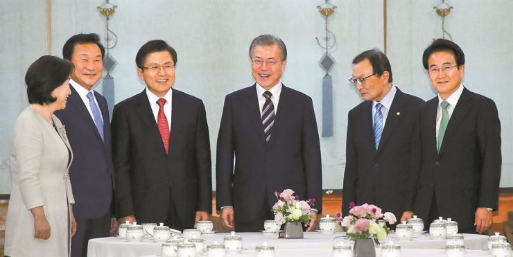 President Moon Jae-in meets with leaders of the five major parties at Cheong Wa Dae, Thursday. From left are: Sim Sang-jung of the Justice Party, Sohn Hak-kyu of the Bareunmirae Party, Hwang Kyo-ahn of the main opposition Liberty Korea Party, Moon, Lee Hae-chan of the ruling Democratic Party of Korea and  Chung Dong-young of the Party for Democracy and Peace.                              Yonhap