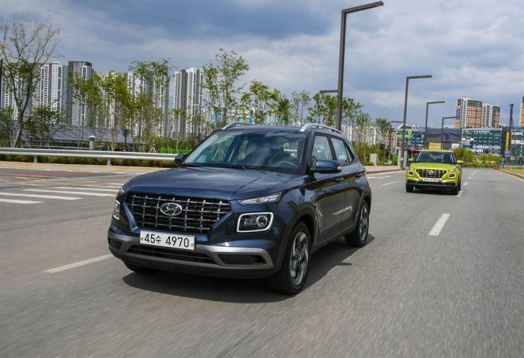 Reporters drive Hyundai Motor's Venue subcompact SUV during a test session at Yongin, Gyeonggi Province, Thursday. Courtesy of Hyundai Motor