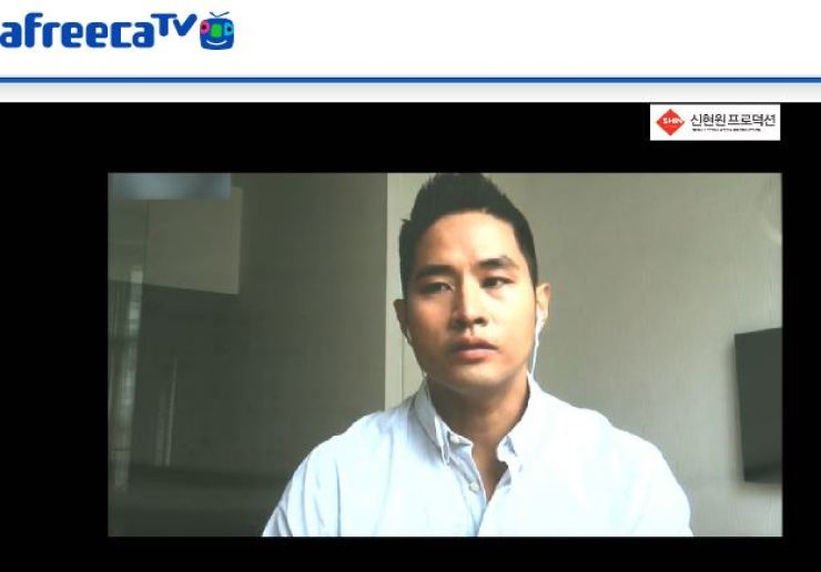 Singer Yoo Seung-jun speaks on Afreeca TV, pleading to be allowed to enter Korea, May 2015, 13 years after he was banned from entering the country for renouncing his Korean citizenship to evade conscription. Captured from Afreeca