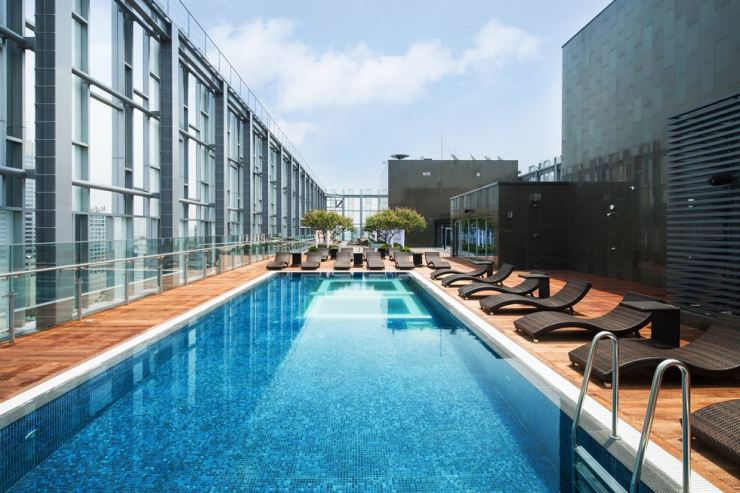 The outdoor infinity pool on the 21st floor of Novotel Ambassador Seoul Dongdaemun Hotels and Residences offers the perfect spot to enjoy an evening sunset overlooking the city skyline. / Courtesy of Novotel Ambassador Seoul Dongdaemun Hotels and Residences