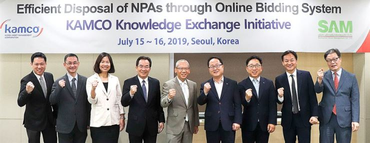 Officials from Korea Asset Management Corp. (KAMCO) and its Thai counterpart Sukhumvit Asset Management (SAM) pose at KAMCO's Seoul branch, July 15. At the center is SAM CEO Niyot Masavisut. KAMCO held a two-day program from Monday to exchange knowledge on how to better utilize public property sales transactions via Onbid, a KAMCO-developed online bidding system. Courtesy of KAMCO