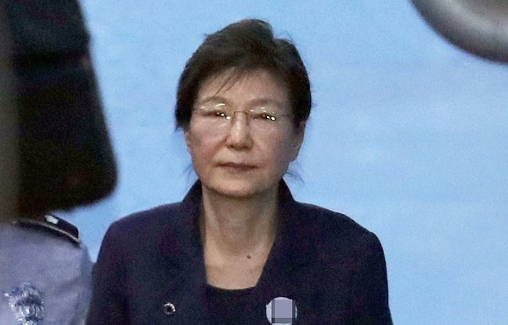 Former South Korean President Park Geun-hye leaves the courtroom after attending a hearing at the Seoul Central District Court in southern Seoul, Oct. 16, 2017. Yonhap