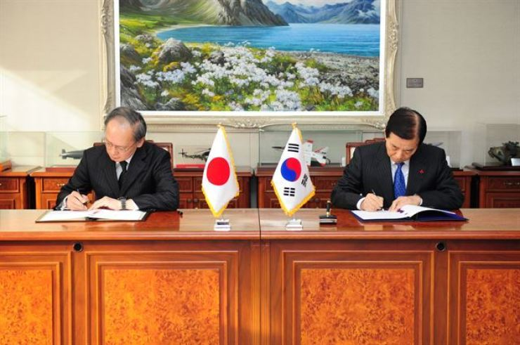 Defense Minister Han Mim-koo, right, and Japanese Ambassador to South Korea Yasumasa Nagamine sign the General Security of Military Information Agreement (GSOMIA) at the headquarters of the Ministry of National Defense in this Nov. 23, 2016, file photo. Korea Times file