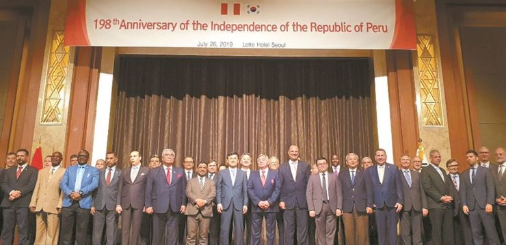 Peruvian Ambassador to Korea Daul Matute Mejia, front row ninth from left, stands with Deputy Minister for Political Affairs Yoon Soon-gu, front row eighth from left, of the Ministry of Foreign Affairs, and other ambassadors during a reception to mark the 198th anniversary of Peruvian Independence Day at Lotte Hotel in downtown Seoul, July 26. / Korea Times photo by Yi Whan-woo