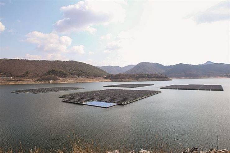 A floating photovoltaic near Boryeong Dam in South Chungcheong Province was built in 2016 and has a 2 megawatts capacity. Courtesy of Korea Water Resources Corporation