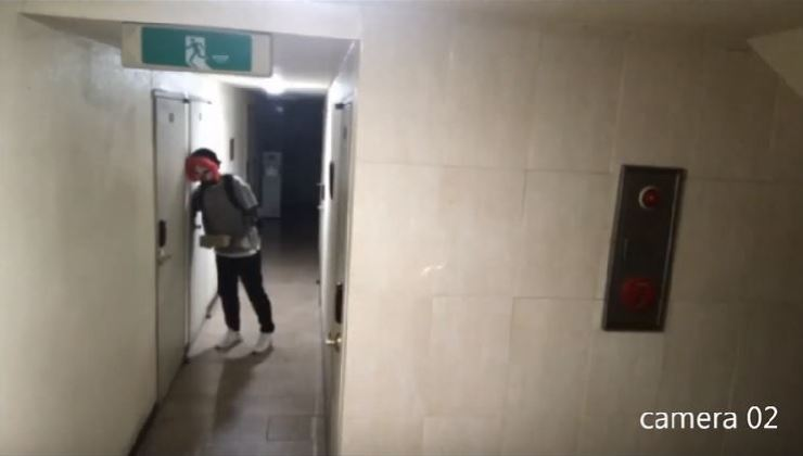 A video clip posted on YouTube on Tuesday shows a man wearing a clown mask trying to invade a studio apartment room in Sillim-dong, southern Seoul. Captured from YouTube