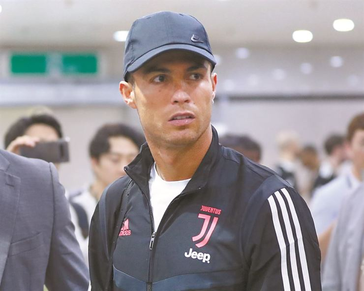 Cristiano Ronaldo leaves Seoul World Cup Stadium, Friday, after a friendly match between Juventus and the K League All-Stars. He did not play, citing muscle fatigue and exhaustion. / Yonhap