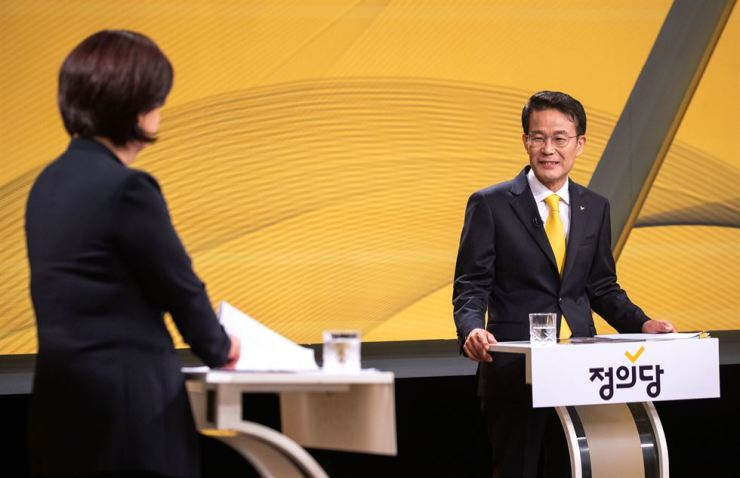 Yang Kyung-kyu faces Rep. Sim Sang-jeung during a TV debate Monday for the leadership of the Justice Party. Yang is the first South Korean politician to declare himself a 'democratic socialist.' Yonhap