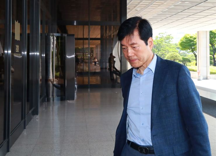 Kim Tae-han, president and CEO of contract drug manufacturer Samsung BioLogics, appears at the Seoul Central District Prosecutors' Office in southern Seoul, Friday. Yonhap