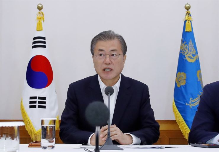 President Moon Jae-in speaks during a meeting with business leaders at Cheong Wa Dae, Wednesday. Yonhap