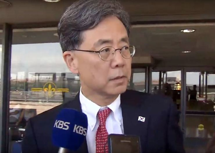 Kim Hyun-chong, second deputy chief of the presidential National Security Office (NSO), speaks to reporters after arriving at Dulles International Airport, Washington D.C., Wednesday. Yonhap