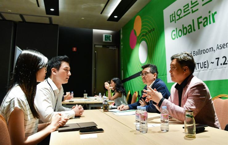 Participants of NextRise 2019 startup fair are in discussion during a one-on-one meeting with companies of the event at COEX in Samseong-dong Seoul, Wednesday. Courtesy of Korea International Trade Association