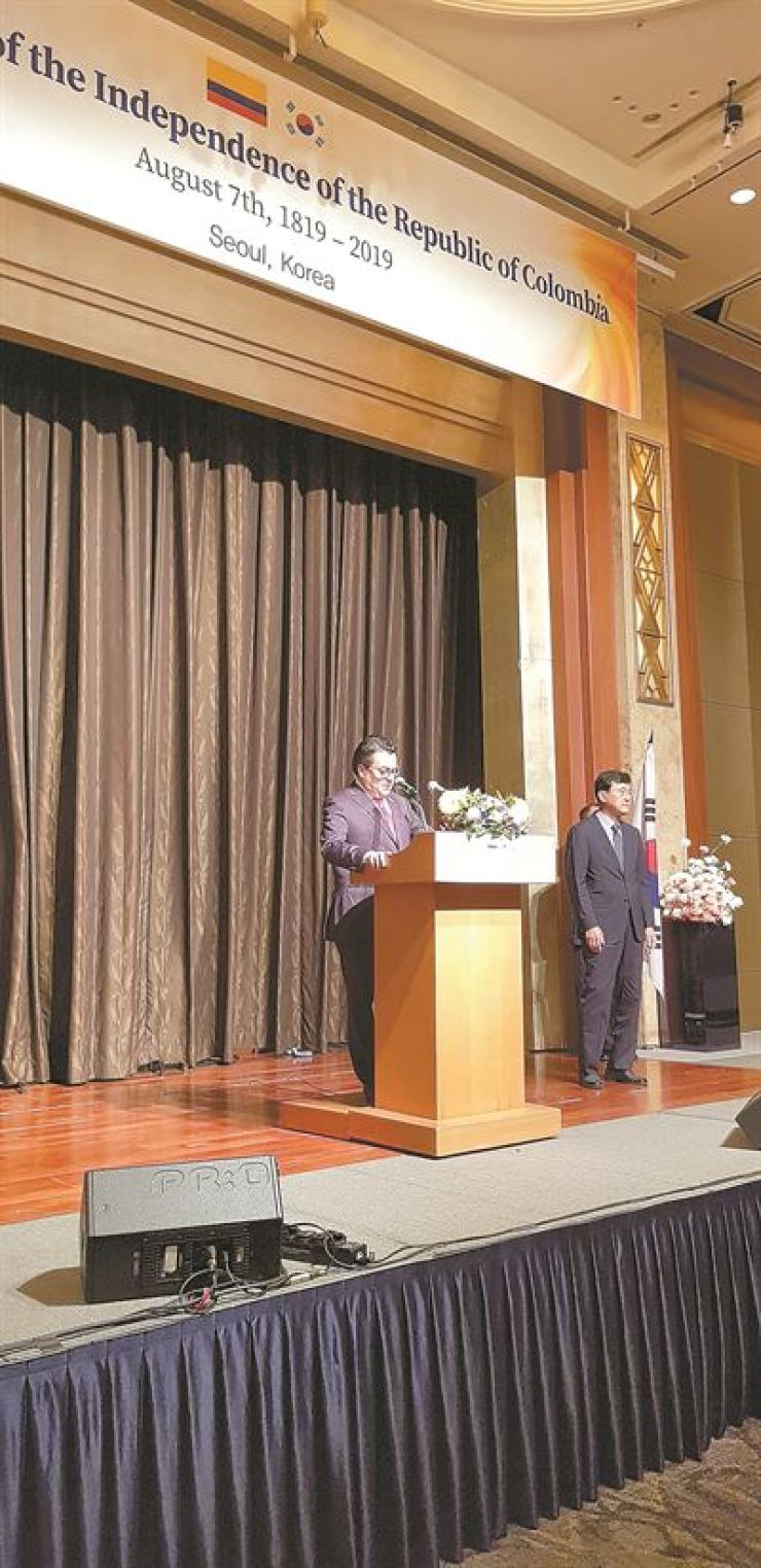 Colombian Ambassador to Korea Juan Carlos Caiza delivers a speech during bicentenary celebrations marking Colombian's independence, at Lotte Hotel in downtown Seoul, July 23. On his right is Deputy Minister for Political Affairs Yoon Soon-gu, representing the Ministry of Foreign Affairs. / Embassy of Colombia