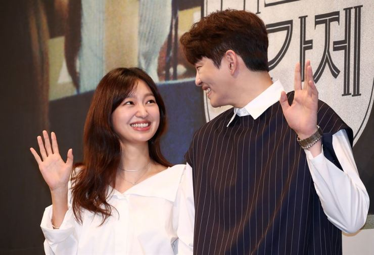 Actor Yoon Gyun-sang and actress Choi Yoo-wha at a production presentation for OCN's new drama 'Mr. Temporary' at the Imperial Palace Seoul hotel, Tuesday. The 16-episode thriller is about a greedy attorney-turned-temporary high school teacher who explores a mysterious murder at an elite school. The first episode airs on July 17. Yonhap