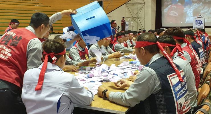 Members of Hyundai Heavy Industries union count ballots from a vote on the union's strike over this year's wage negotiation in Ulsan, Wednesday. The union members agreed to go on an 86.98 percent approval rate. Yonhap