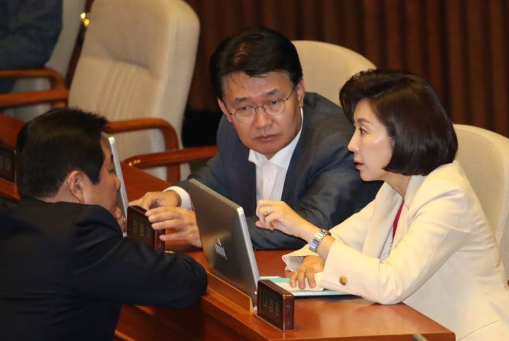 Rep. Na Kyung-won, right, floor leader of the main opposition Liberty Korea Party, talks with Reps. Jeong Yong-ki, center, and Cheong Yang-seog at the National Assembly, last week. Yonhap