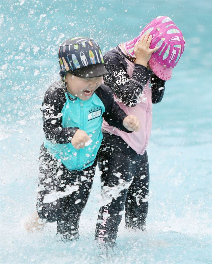 Children play in the water at Suseong Family Park in Daegu, Wednesday. The Korean Meteorological Administration forecast hot weather with temperatures over 30 degree Celsius would continue in almost all parts of the country for days. /Yonhap