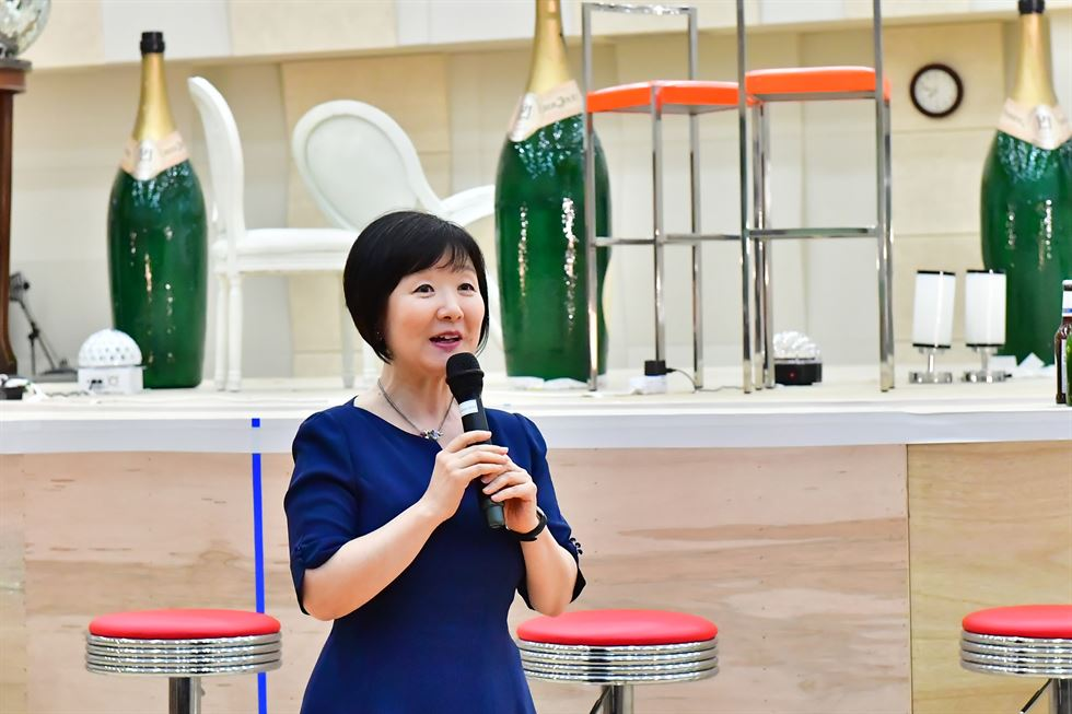 Dramaturg Yongsook Lee speaks to the audience before Korea National Opera's 'Hansel and Gretel' performance at the Seoul Arts Center in 2018. Courtesy of Korea National Opera