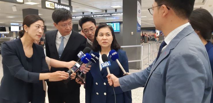 South Korean Trade Minister Yoo Myung-hee answers questions from reporters at Dulles International Airport in Washington, D.C., Wednesday (KST). She visited the United States to draw consensus from officials there over the trade feud with Japan. Yonhap