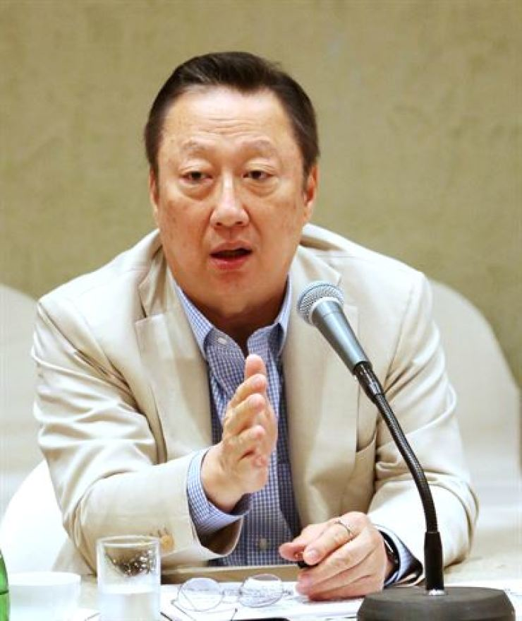 Park Yong-maan, chairman of the Korea Chamber of Commerce and Industry (KCCI), speaks during a press briefing at the Shilla Hotel Jeju, Wednesday. Courtesy of KCCI