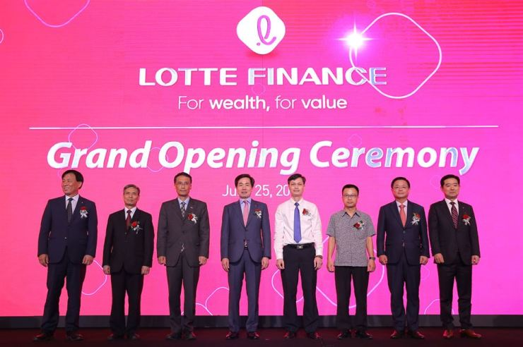 Lotte Card CEO Kim Chang-kwon, fourth from left, poses with officials from Vietnam's central bank, during the opening ceremony of Lotte Finance at Lotte Hotel Hanoi in this June 25 file photo. / Courtesy of Lotte Card