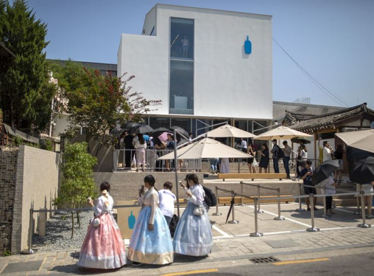Customers form a queue to enter Blue Bottle Coffee Korea's new store in Samcheong-dong, Seoul, July 8. / Korea Times photo by Shim Hyun-chul