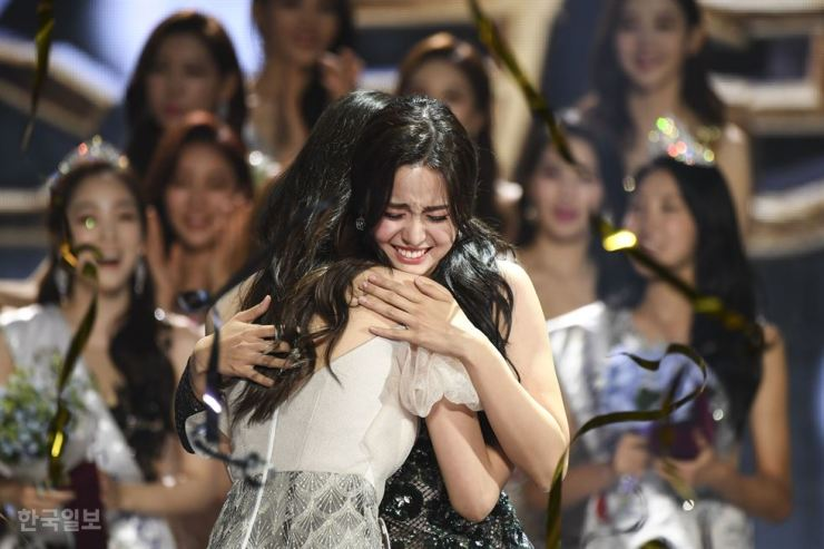 The 2019 Miss Korea winner Kim Sae-yeon hugs runner-up Lee Ha-nuey after her name was announced during the event in the Grand Peace Hall at Kyung Hee University, Seoul, Thursday. Korea Times photo by Lee Han-ho
