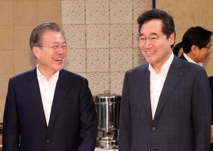 President Moon Jae-in, left, smiles with Prime Minister Lee Nak-yon during a Cabinet meeting at Cheong Wa dae, Tuesday.