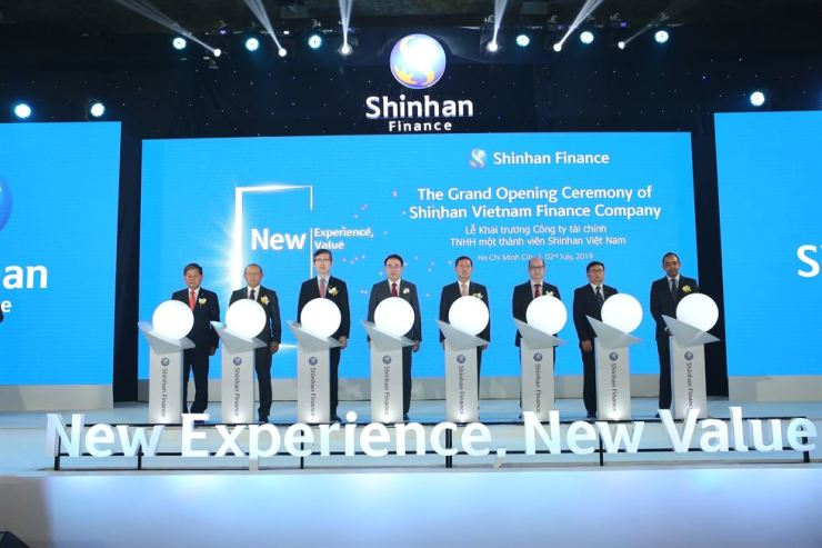 Shinhan Financial Group Chairman Cho Yong-byoung, fourth from left, poses with Shinhan Card CEO Lim Young-jin, fifth from left, and other Korean and Vietnamese officials, at Shinhan Vietnam Finance's launching ceremony in Ho Chi Minh City, Tuesday. / Courtesy of Shinhan Card