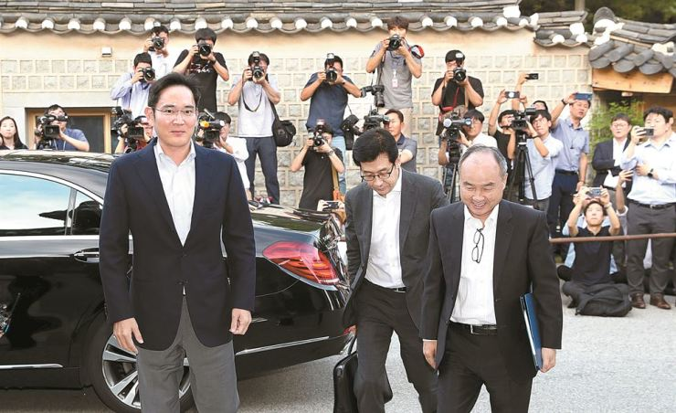 Samsung Electronics Vice Chairman Lee Jae-yong, left, and SoftBank CEO Masayoshi Son, right, arrive at the Korea Furniture Museum in Seoul, Thursday, to attend dinner with the heads of other large business groups. Yonhap
